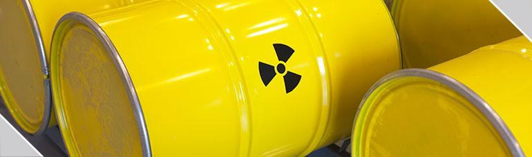 Contenedores Jokin – Profesionales manejando residuos peligrosos.